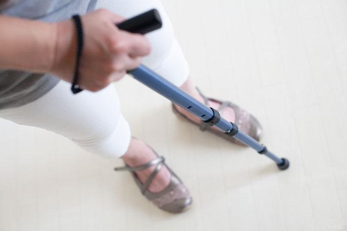 軽いチカラでらくらく伸縮、コンパクトな歩行補助ステッキ
